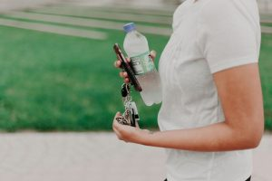 mand med nøgler og vandflaske