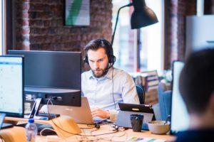 Mand arbejder med telemarketing