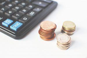 Lommeregner med småmønter ved siden af