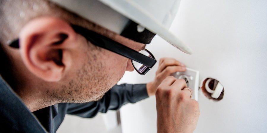 Elektriker ordner el i et hus