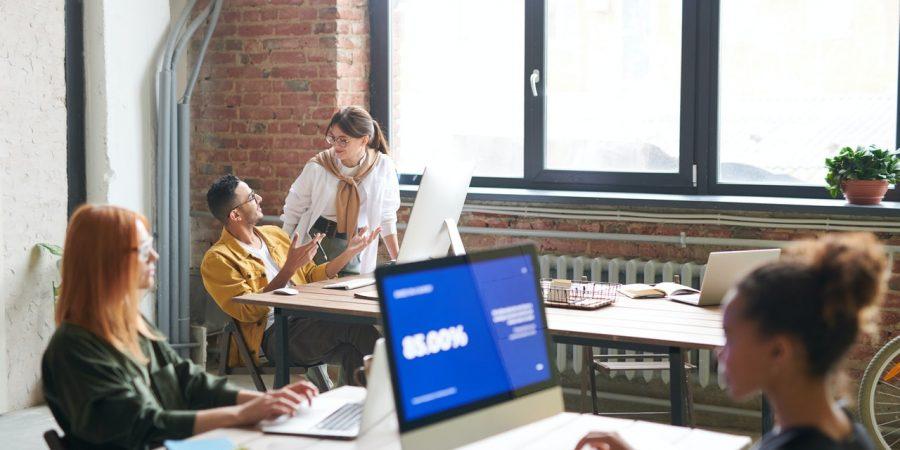 Personer arbejder på et kontor fokuseret