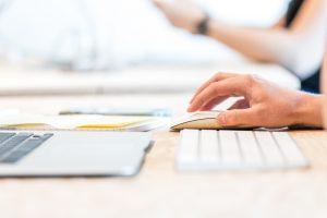 Apple computer og keyboard på kontor