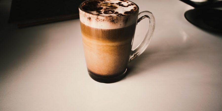Glas med kakao står på kontor