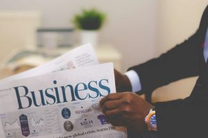 Mand læser avis